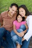 Padres de amor de Asain y su sonrisa de las hijas Fotografía de archivo libre de regalías