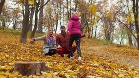 Padres de amor que abrazan a poca hija en otoño almacen de metraje de vídeo