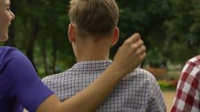 Padres de apoyo que visitan al hijo en el campus, familia que discute problemas juntos metrajes