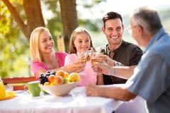 Padres e hija que se relajan en comida campestre Imagen de archivo