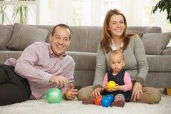 Padres felices con el bebé imagen de archivo
