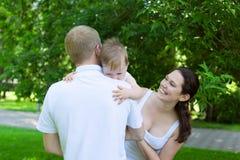 Padres felices con el bebé al aire libre fotos de archivo libres de regalías