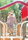 Padres felices con el hijo adolescente que supera la carrera de obstáculos Imágenes de archivo libres de regalías