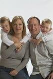 Padres felices con los gemelos idénticos de 6 años Fotos de archivo libres de regalías