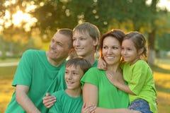 Padres felices con los niños en la puesta del sol Fotos de archivo
