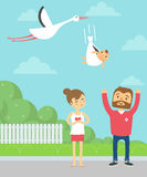 Padres felices La cigüeña lleva recién nacido Foto de archivo
