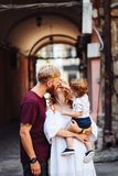 Padres felices que juegan con el pequeño hijo al aire libre Foto de archivo