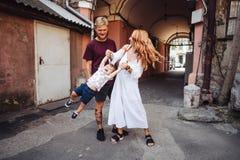 Padres felices que juegan con el pequeño hijo al aire libre Fotos de archivo