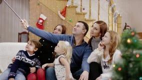 Padres felices que toman el selfie en la fiesta de Navidad almacen de video
