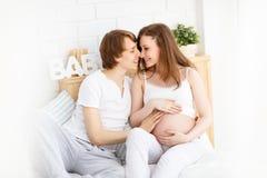 Padres futuros felices, papá y una madre embarazada en la anticipación Fotografía de archivo libre de regalías