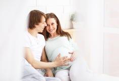 Padres futuros felices, papá y una madre embarazada en la anticipación Imagen de archivo libre de regalías