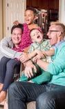 Padres gay que cosquillean a sus niños imagenes de archivo
