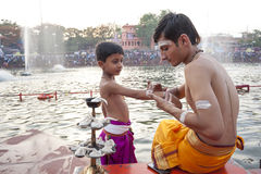 Padres hindu em Kumbh Mela Fotos de Stock