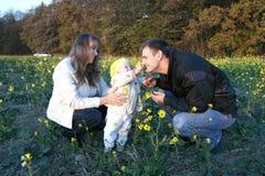 Padres jovenes con el bebé o Fotografía de archivo