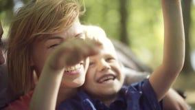 Padres jovenes con el niño adorable A cámara lenta almacen de video