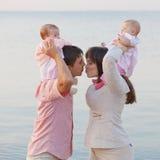Padres jovenes con los niños foto de archivo libre de regalías