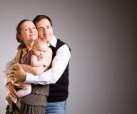 Padres jovenes felices con la hija del bebé Fotos de archivo libres de regalías