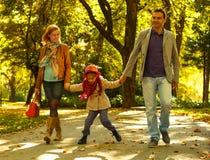 Padres jovenes felices con la hija en parque Imagenes de archivo