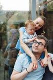 Padres jovenes felices e hijo dulce imágenes de archivo libres de regalías
