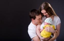 Padres jovenes felices y muchacha recién nacida imágenes de archivo libres de regalías