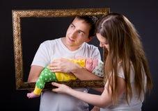 Padres jovenes felices y muchacha recién nacida fotos de archivo libres de regalías