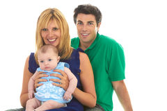 Padres jovenes orgullosos con el bebé imagen de archivo libre de regalías