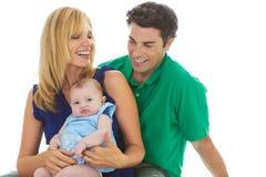 Padres jovenes orgullosos con el bebé fotografía de archivo libre de regalías