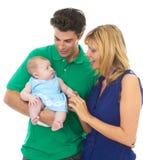 Padres jovenes orgullosos con el bebé fotos de archivo libres de regalías
