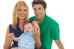 Padres jovenes orgullosos con el bebé imágenes de archivo libres de regalías