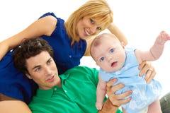 Padres jovenes orgullosos con el bebé imagen de archivo
