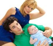 Padres jovenes orgullosos con el bebé imagenes de archivo