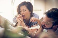 Padres juguetones con la hija foto de archivo libre de regalías