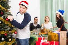 Padres maduros con los niños adultos que se preparan para la Navidad Imagen de archivo