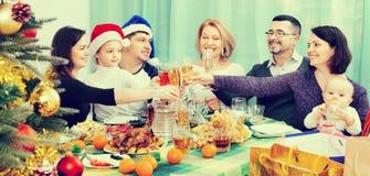 Padres maduros con los niños que celebran Feliz Navidad imagen de archivo libre de regalías