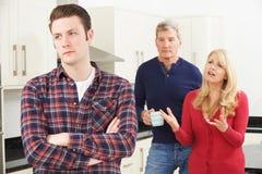 Padres maduros frustrados con el hijo adulto que vive en casa Fotografía de archivo