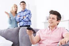 Padres maduros frustrados con el hijo adulto que vive en casa Imágenes de archivo libres de regalías