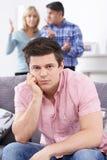 Padres maduros frustrados con el hijo adulto que vive en casa imagenes de archivo