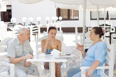 Padres mayores que almuerzan con su hija Imagen de archivo libre de regalías