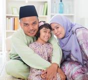 Padres musulmanes que abrazan al niño Imagenes de archivo