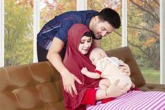 Padres musulmanes y bebé durmiente Foto de archivo libre de regalías