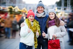 Padres ordinarios con la muchacha adolescente en mercado Fotos de archivo libres de regalías