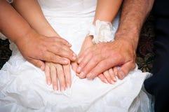 Padres que bendicen y que apoyan para la novia en un vestido de boda Imagenes de archivo