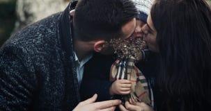 Padres que besan a su hijo Naturaleza, en el top de la montaña Cámara lenta almacen de metraje de vídeo