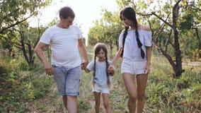 Padres que caminan su hija de risa almacen de video