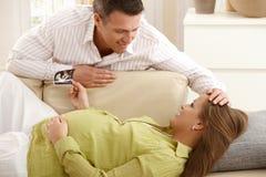 Padres que cuentan con al bebé Fotografía de archivo