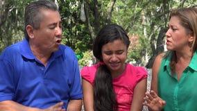 Padres que discuten delante de hija almacen de metraje de vídeo