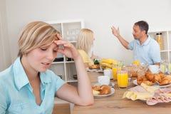 Padres que discuten en la cocina Fotografía de archivo
