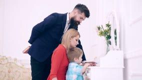 Padres que disfrutan de la paternidad, ni?o de ense?anza para escribir Concepto el ense?ar casero Ni?o growthing en bienestar El  almacen de metraje de vídeo