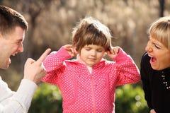 Padres que gritan en un niño inocente en el parque Fotos de archivo libres de regalías