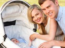 Padres que juegan con el bebé fotos de archivo